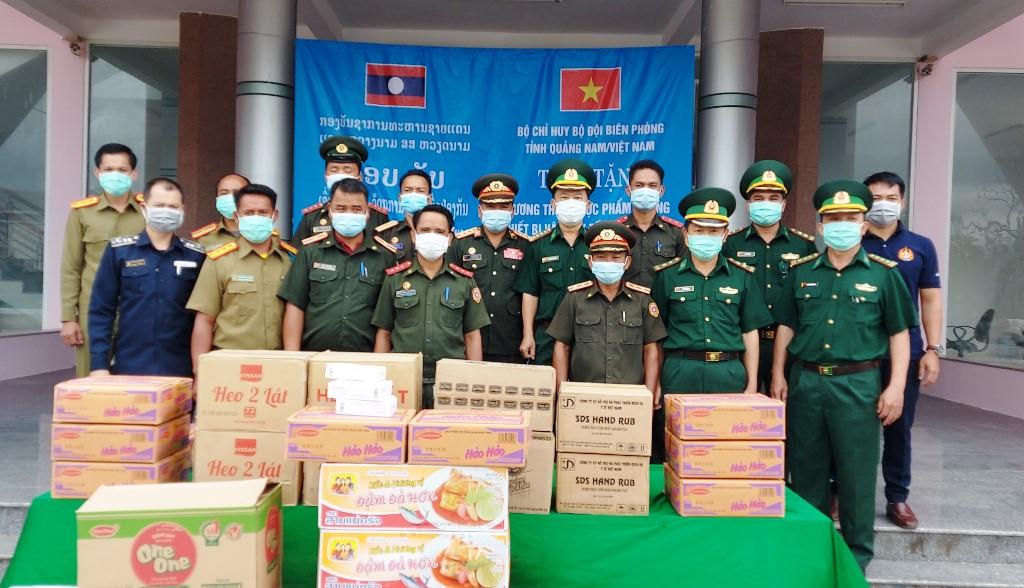 BĐBP tỉnh Quảng Nam trao tặng lương thực, trang thiết bị y tế cho lực lượng bảo vệ biên giới Sê Kông.
