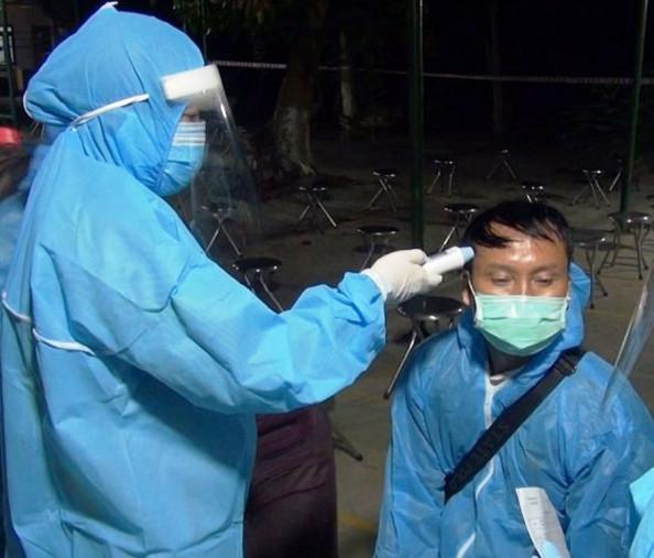 Kiểm tra thân nhiệt cho các công dân Việt Nam đi lao động, du học, du lịch, khám chữa bệnh, thăm người thân ở Đài Loan trở về nước (ảnh đồng nghiệp)