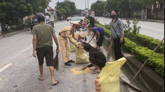 CSGT tỉnh Quảng Ninh cùng người dân giúp tài xế gặp sự cố trên đường