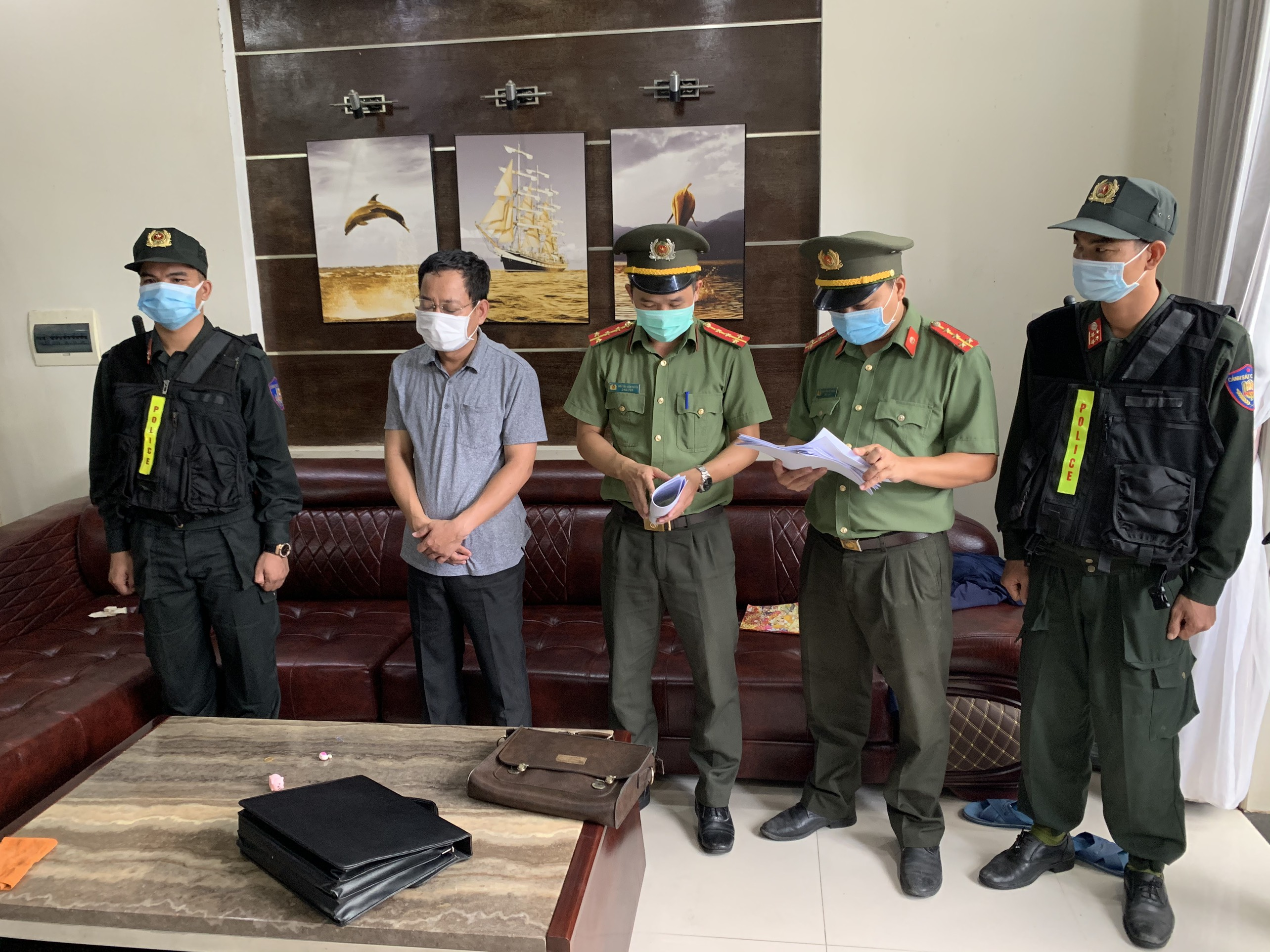 Trước đó, Trần Xuân Long đã bị bắt tạm giam để điều tra về hành vi tham ô tài sản.