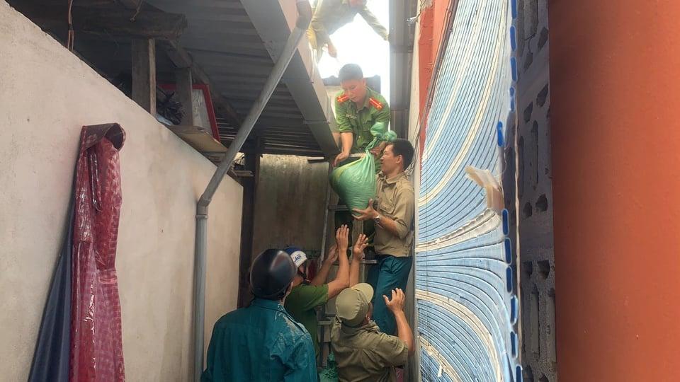 Lực lượng Công an tỉnh Thừa Thiên - Huế giúp người dân chằng chống nhà cửa trước cơn bão số 9.
