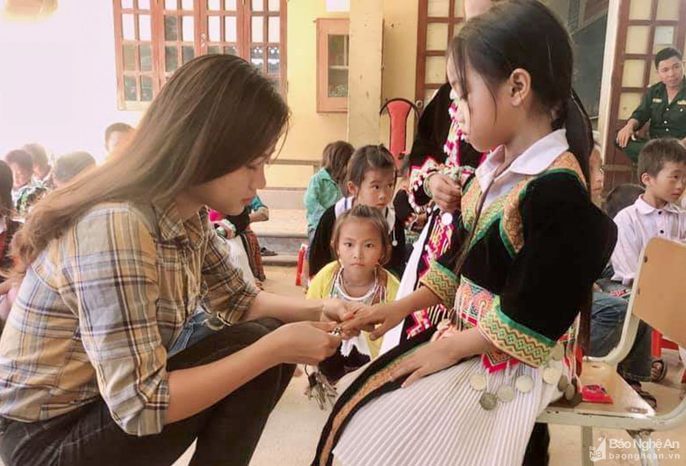 bna_co_giao_tre_vi_thi_le_voi_hoc_sinh_cua_minh_anh_thanh_cuong3344411_2102020.jpg